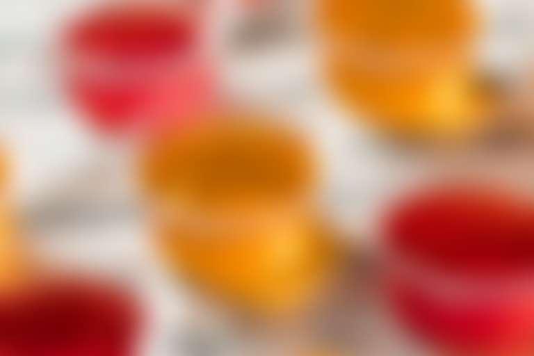 Разноцветные желе в пластиковых контейнерах без крышки