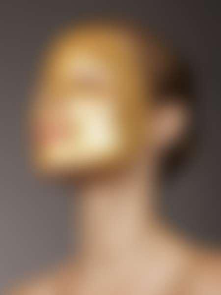 Девушка  с золотой косметической маской на лице