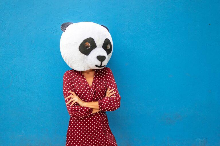 Девушка с маской панды на голове