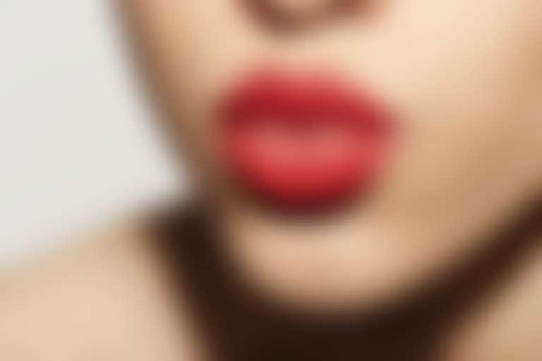 Пухлые губы, накрашенные алой помадой