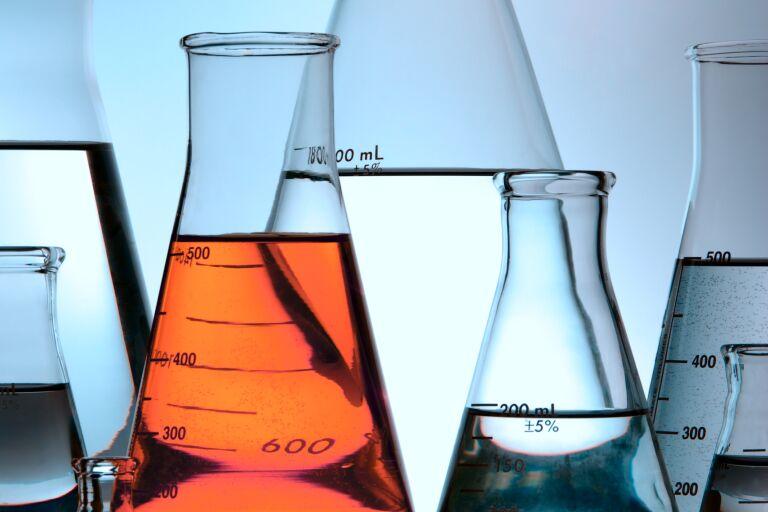 Лабораторный колбы с прозрачными жидкостями