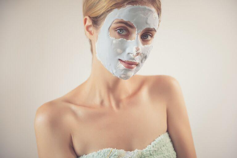 Девушка делает альгинатную маску
