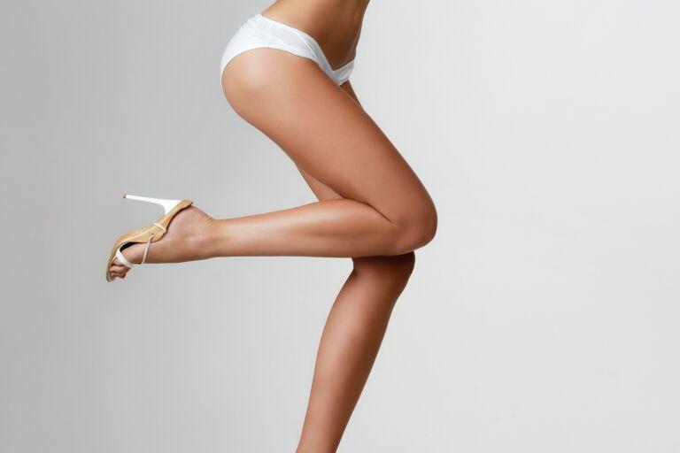Девушка с идеально ровной кожей на ногах и бедрах
