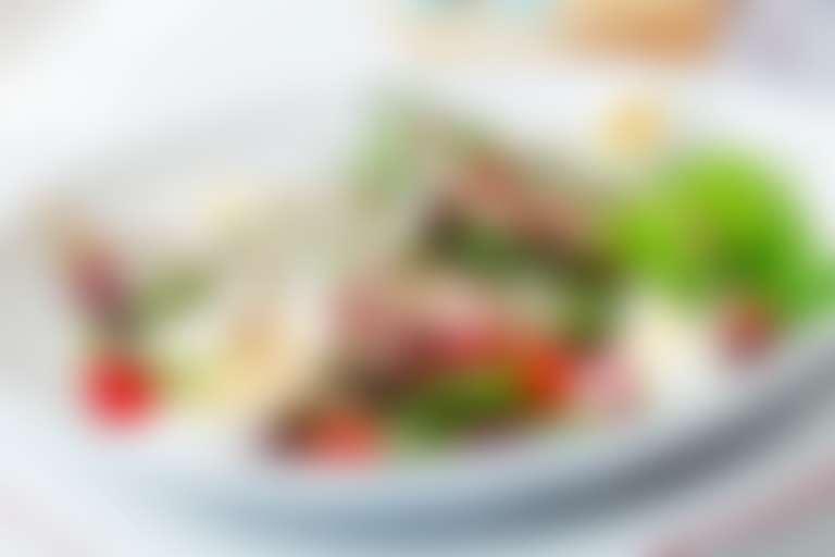 Салат Нисуаз на белой тарелке