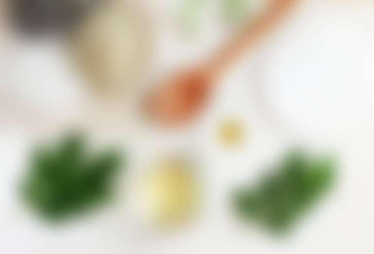 Крупная морская соль, оливковое масло, листочки мяты