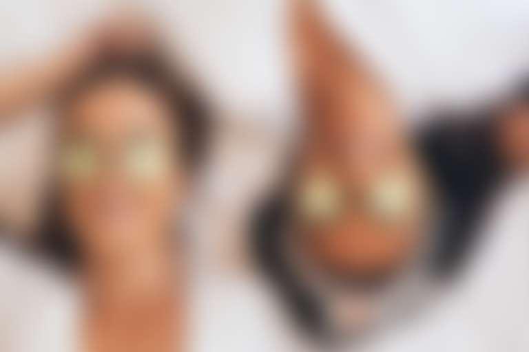 Девушки с маской для глаз из огурцов