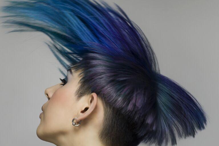 девушка с синими мелированием волос