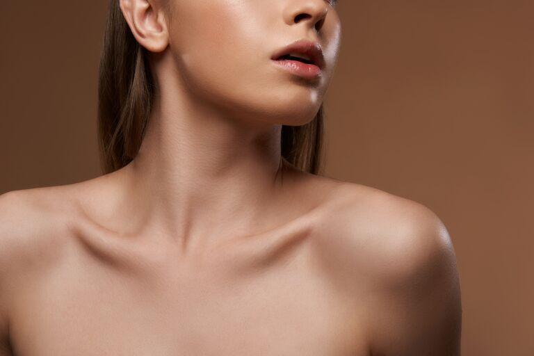 Девушка с голыми плечами и безупречной кожей