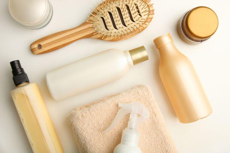 На полотенце разложены: шампунь, щетка, бальзам и кондиционер для жирной кожи головы.
