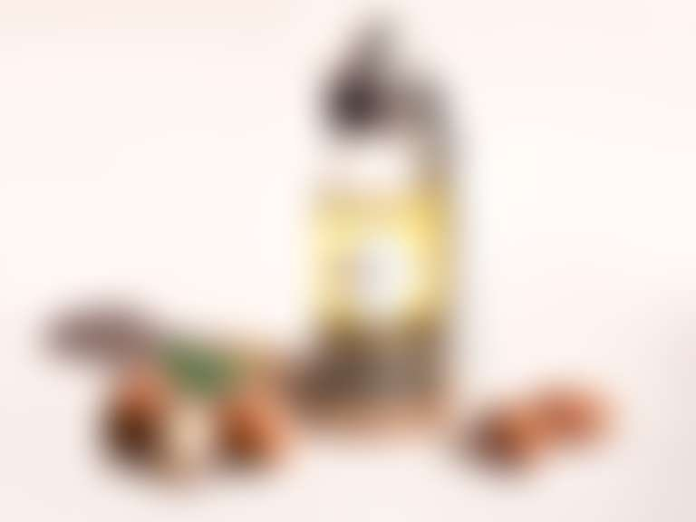 Бутылка с аргановым маслом, рядом плоды арганы