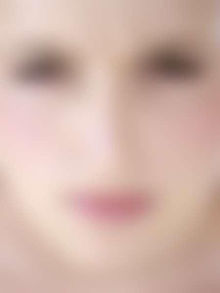 Крупно лицо хмурящейся девушки
