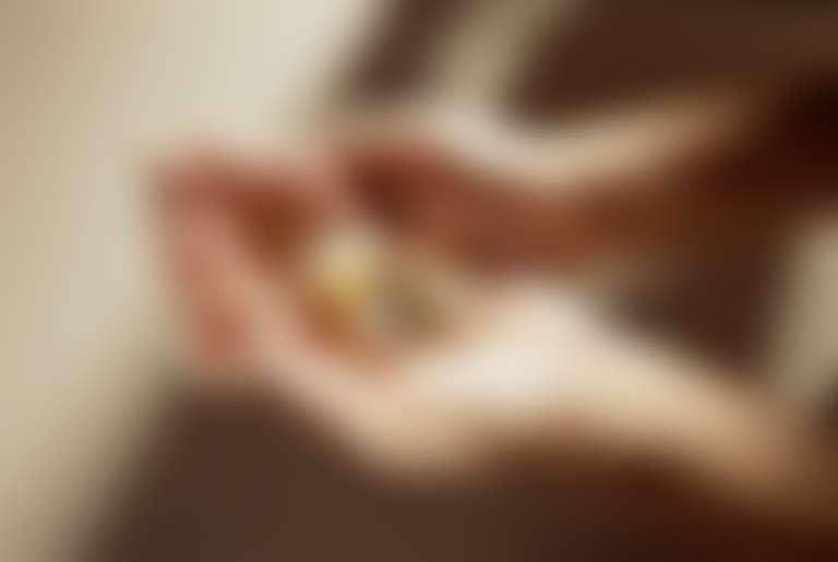 Руки девушки, держащей капсулы с витаминами