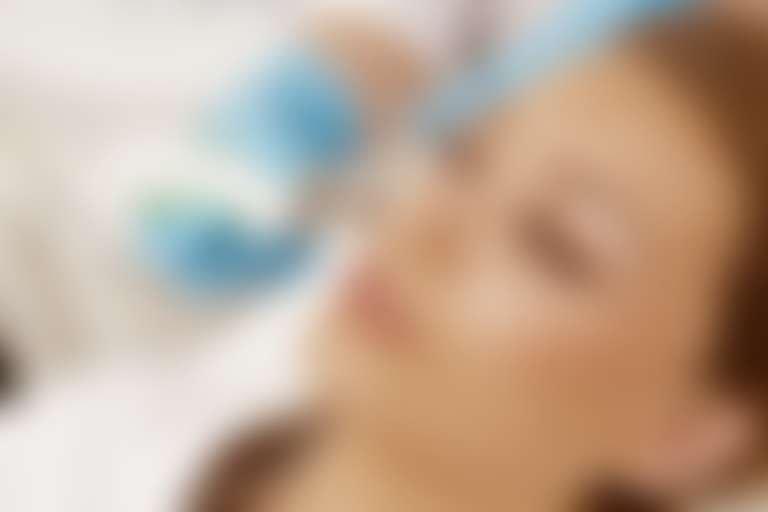 Лицо девушки в кабинете у косметолога