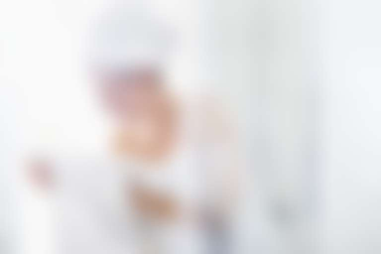 Девушка выходит из душевой кабины, обмотавшись белым полотенцем
