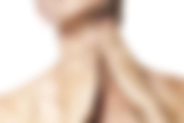 Крупно шея девушки, к которой она приставила руки, как бы разглаживая кольца Венеры на шее