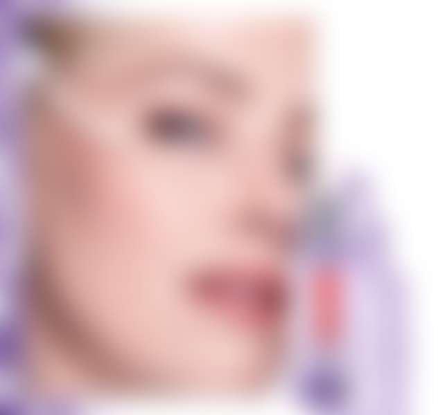 девушка наносит из пипетки на скулу сыворотку ревиталифт филлер лореаль париж