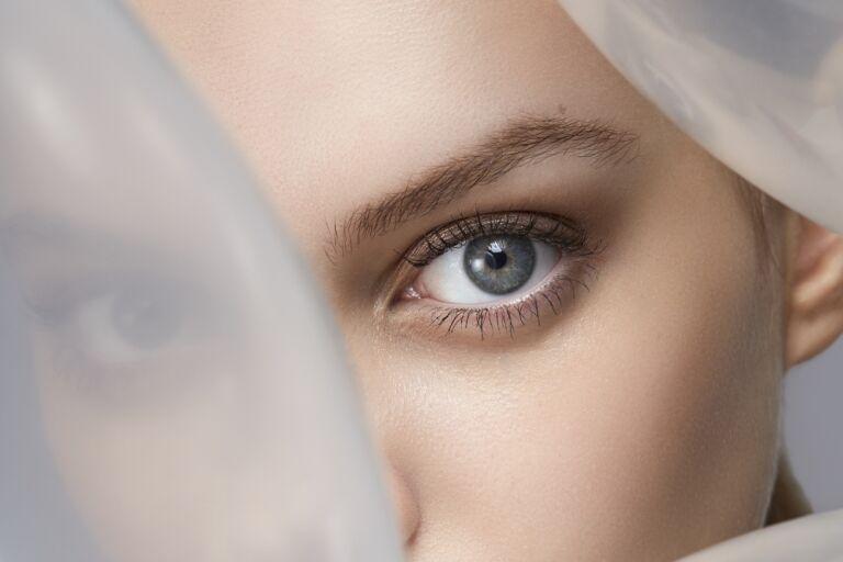 Женский глаз без намека на синяки под глазами