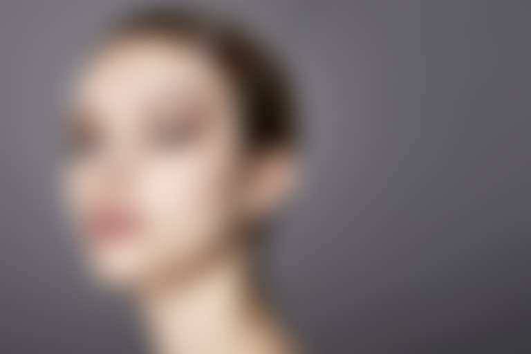 Девушка с приклеенными патчами на висках хочет убрать синяки под глазами