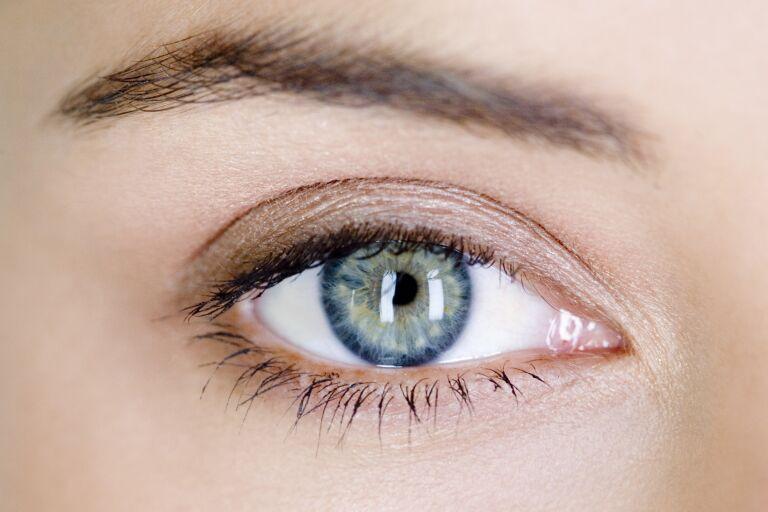 Глаз девушки крупным планом