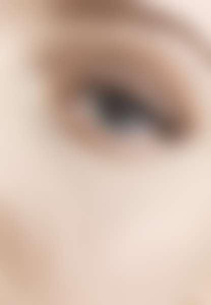 Крупной глаз плачущей девушки
