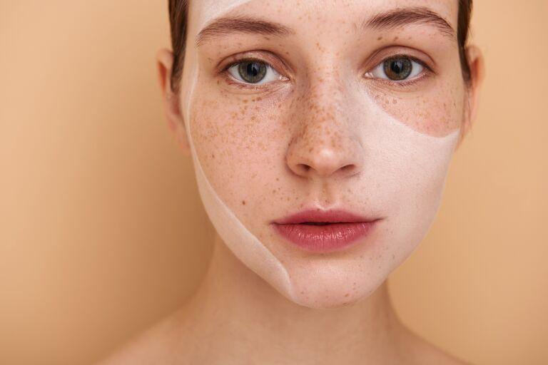 Веснушчатая девушка думает как выровнять кожу лица
