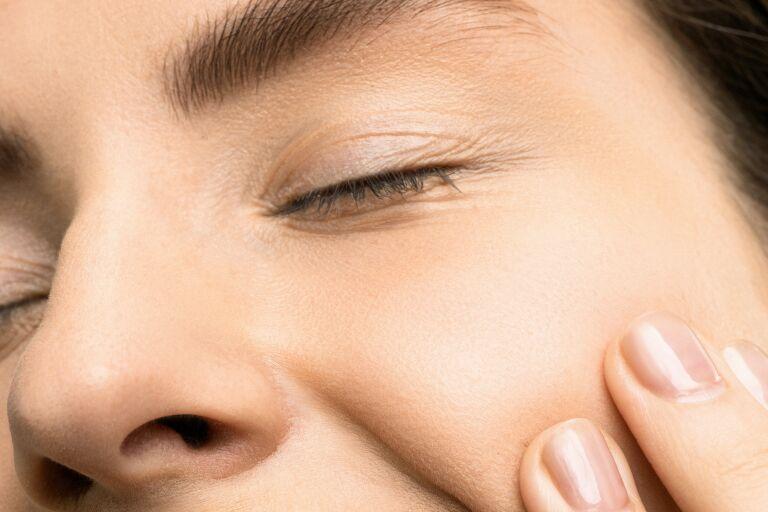 девушка, ухаживающая за кожей лица с помощью молочной кислоты