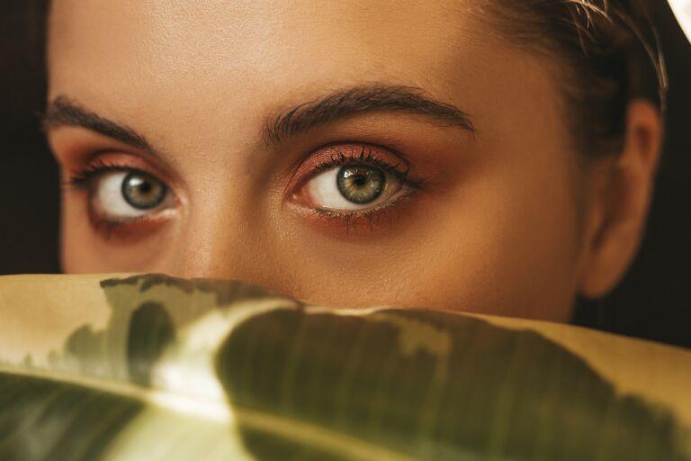 Крупно глаза девушки, которой нужно средство от синяков под глазами