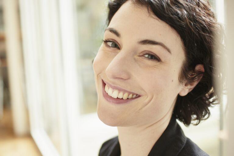 темноволосая девушка улыбается мимические морщины