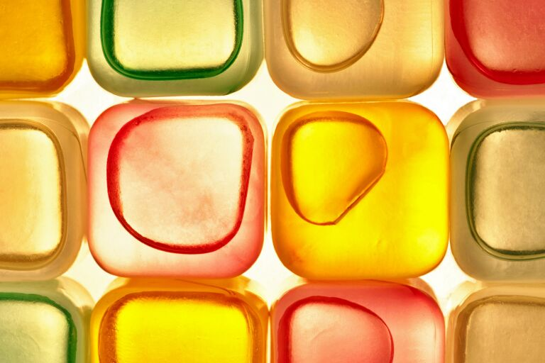 Разноцветные кубики абстрактно иллюстрирующие косметические ингредиенты