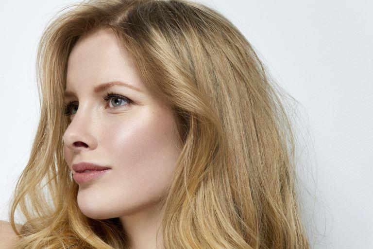 Девушка-блондинка, которая пользуется средствами Garnier для жирной кожи