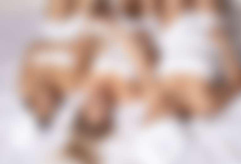 Салонные процедуры для шелушащейся кожи локтей — девушки в белых полотенцах