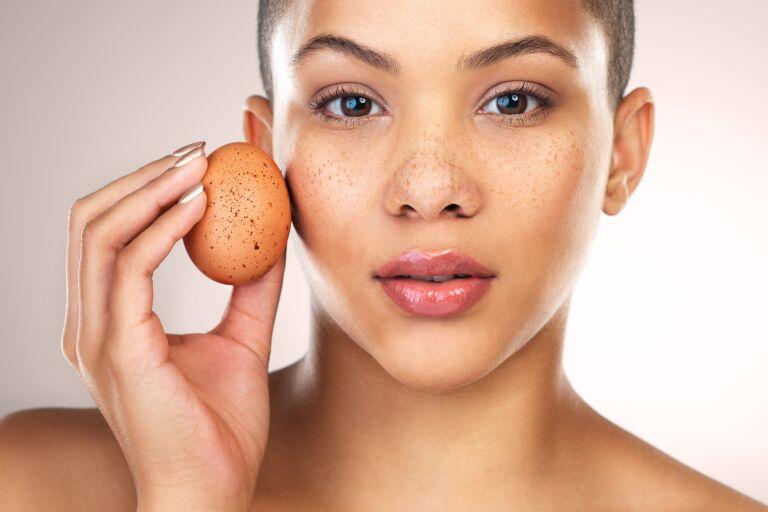 Девушка с пятнистым яйцом, символизирующим постакне