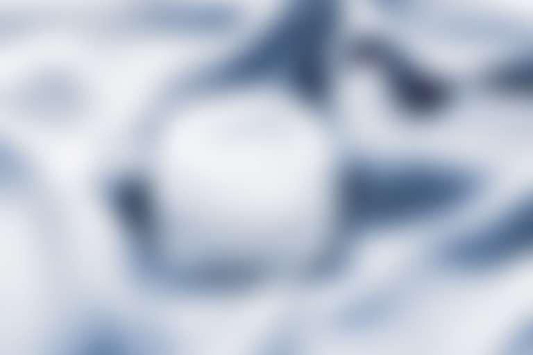 Баночка с белым кремом на голубом шелке