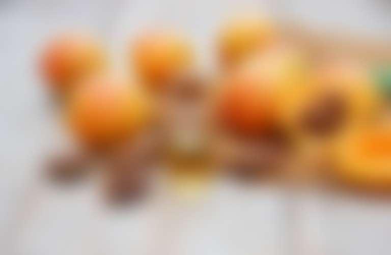 Нарезанные абрикосы, на их фоне некомедогенное абрикосовое масло