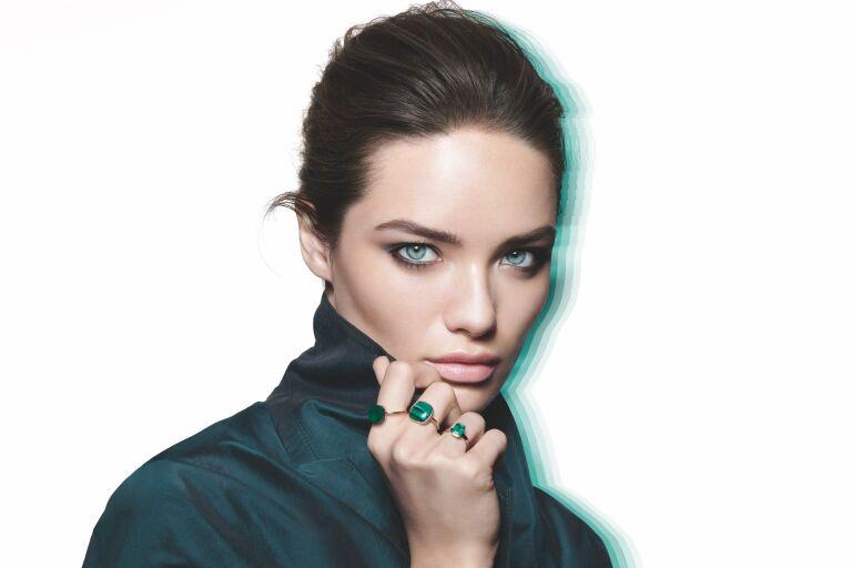 Лицо марки Helena Rubinstein в зеленом платье рекламирует линейку Powercell Skinmunity