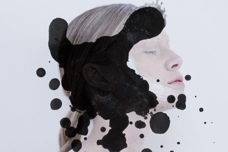 девушка с бледной ухоженной кожей и клякса