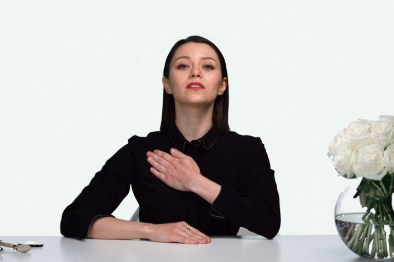 Валерия Хохлова показывает лимфодренажную технику массажа декольте