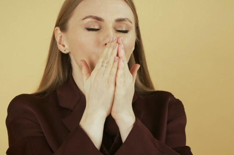 Анна Ежова вдыхает аромат косметики Absolue Lancome