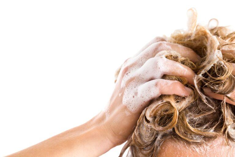 Намыливание головы шампунем для окрашенных волос