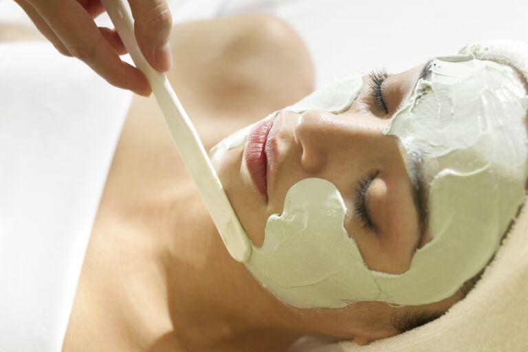 Девушка у косметолога на процедуре маска для лица сужающая поры