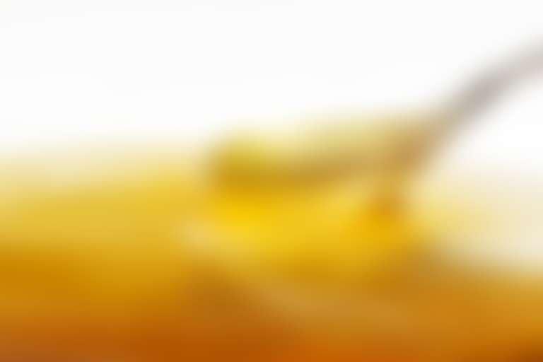 Ложка в банке с медом для скраба