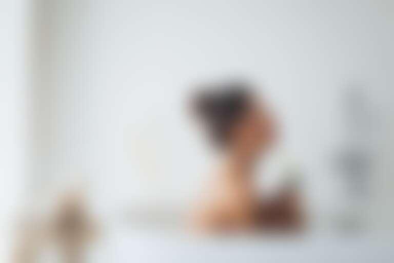 Девушка расслабляется в ванной и размышляет: какие волосы расчесывать мокрые или сухие
