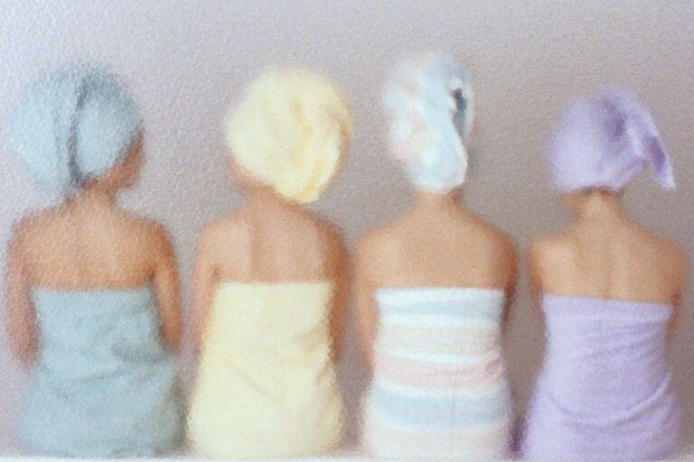 Девушки разноцветных полотенцах парятся вид со спины