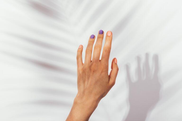 девушка показывает первые морщины на руках