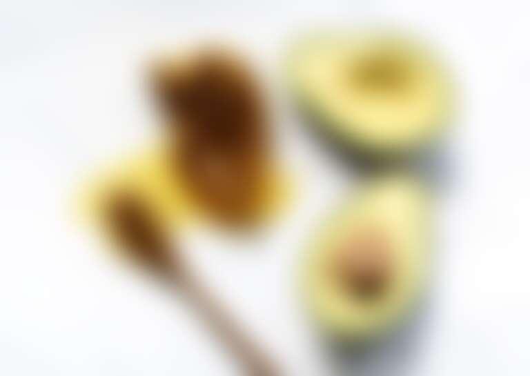 Ингредиенты домашней маски для волос мед и авокадо