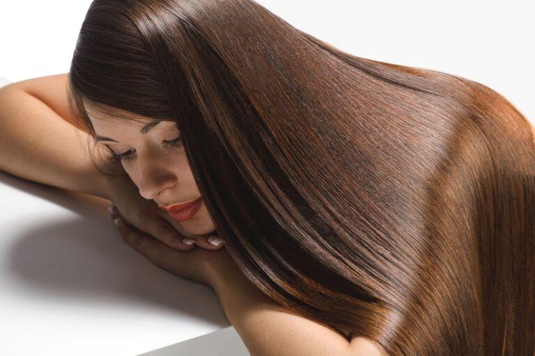 Девушка с идеально гладкими волосами после использования шампуня с кератином