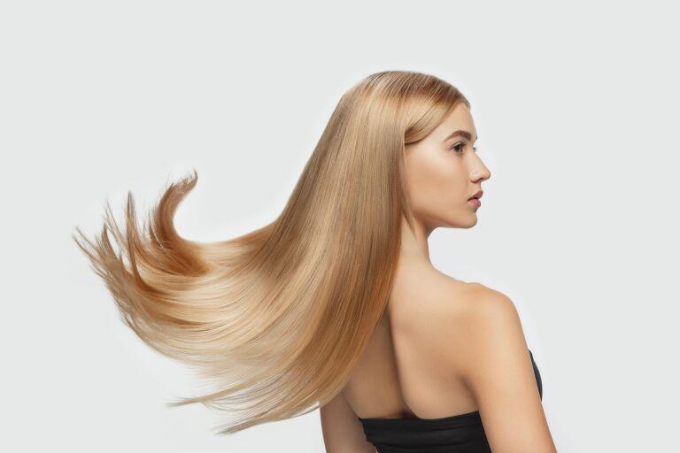 Профиль девушки с гладкими волосами после экранирования