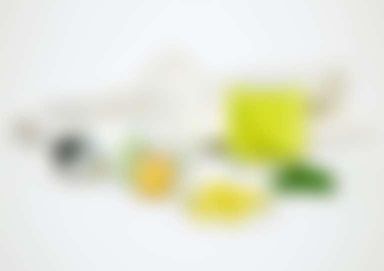на столе разложены косметические средства с витаминами и капсулы для приема внутрь