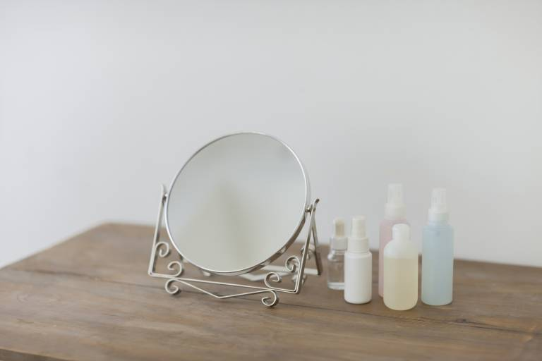 Туалетный столик с косметикой