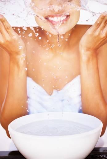 Девушка бырызгает водой на лицо